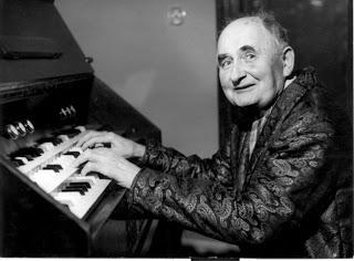 马杰尔的同事,洛伊斯·哈巴(Alois Hába)在演奏乐团电声琴
