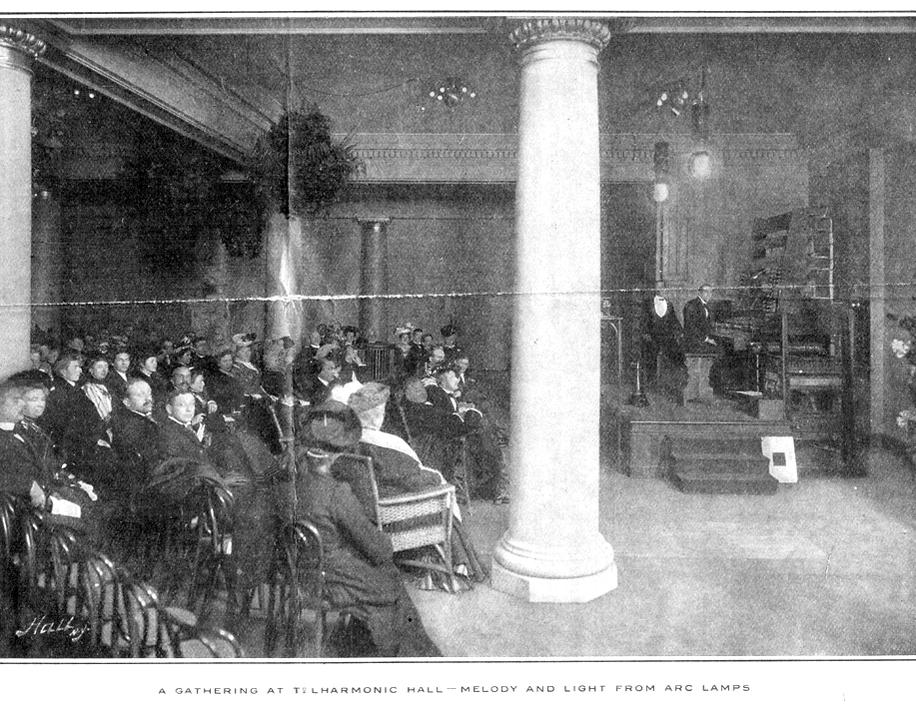 电传簧风琴音乐厅的观众正在欣赏经由碳弧灯演奏的电传簧风琴音乐会,《甘特杂志》,1907年6月