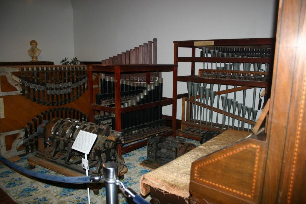 目前留存的部分唱诗琴组件,南达科他州朱砂地(Vermilion Sands)国家音乐博物馆馆藏