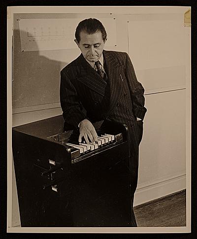 亨利·科威尔和节奏律像琴