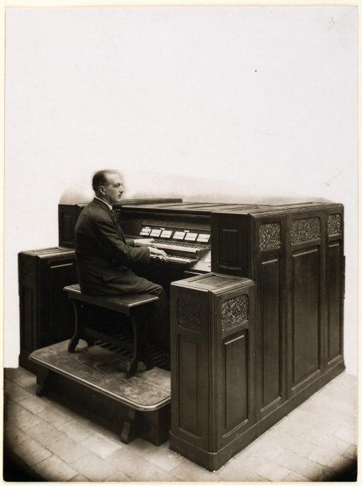 风琴演奏家查尔斯·图尔内米尔(Charles Tournemire)在演奏维勒蒙布勒教堂(église de Villemomble)的电波风琴