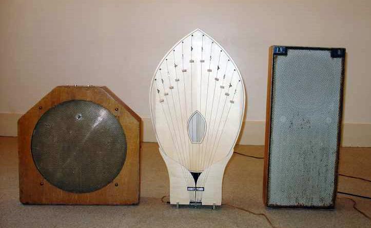 """马特诺琴的扬声器(""""迪菲沙""""):左起,金属化、棕叶型、基本型扬声器"""
