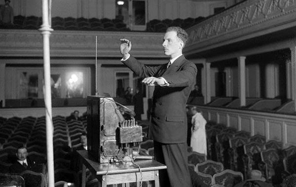 利昂·泰勒明在巴黎演奏泰勒明琴,1927年