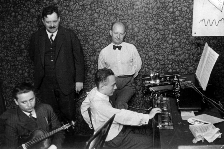 (左起)特劳特温、保罗·亨德密特、奥斯卡·萨拉在演奏特劳特温琴,1933年摄于柏林