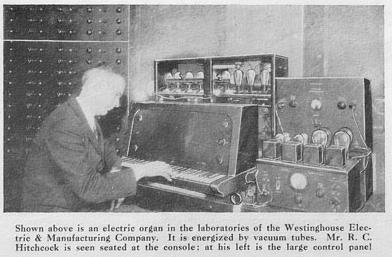 R.C.希区柯克与位于西屋电气制造公司实验室的西屋电风琴,发明者坐在乐器的演奏终端旁,他的左边,是一个庞大的控制面板,1931年摄