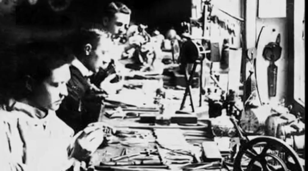 科普勒克斯兄弟在父亲的制表店工作,1900年