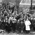 科普勒克斯兄弟钢琴风琴制造厂的员工合影,法国里尔 图尔宽(Tourcoing) Moulin-Fagot 街 100 号 ,1920年