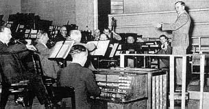 奥斯卡·萨拉在未来交响乐团(Das Orchester der Zukunft ,英译:The Orchestra of the Future)演奏特劳特温电子琴,该乐团的其他电子乐器还包括赫勒琴、泰勒明琴以及电子音琴
