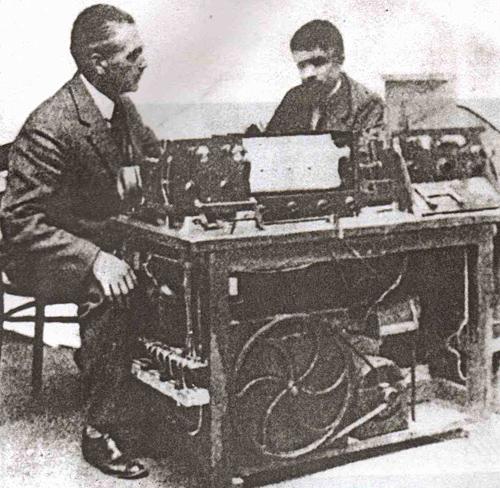 阿曼德·基伍莱特和爱德华·埃洛伊·科普勒克斯在基伍莱特琴的穿孔纸带控制器旁,1932年