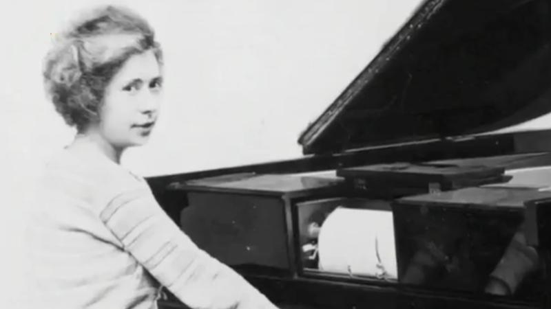 路易丝·科普勒克斯(埃洛伊的姐姐)在演奏一台经过放大器放大的电钢琴(Télépiano),1922年