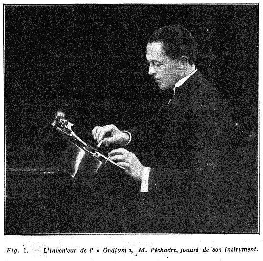 比沙德利在演奏比沙德利电子琴,1930年(摘自《电子乐器:比沙德利电子琴》,E.WEISS著)