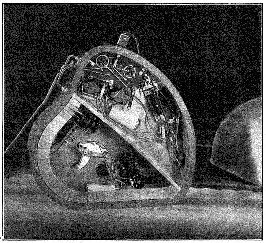 卸下比沙德利电子琴的后盖,可以看到乐器的控制杆和音源装置。(摘自《电子乐器:比沙德利电子琴》,E.WEISS著)