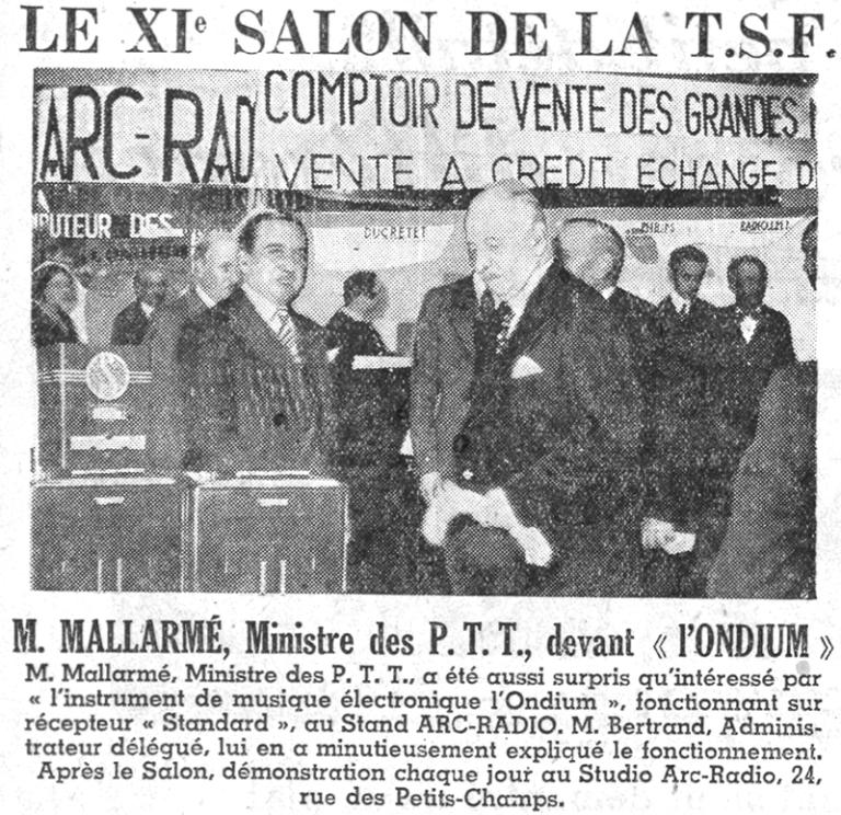"""1934年巴黎""""21世纪无线电沙龙""""(21st Radio Salon)上,电信部长M.马拉美(Mallarmé)站在商业量产版的盒装比沙德利电子琴前面。图/《巴黎晚报》(Paris Soir),1934年9月"""