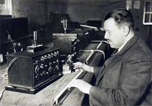 特劳特温在演示早期的特劳特温琴,1933年;图中展示了压力响应的压弦电阻控制器