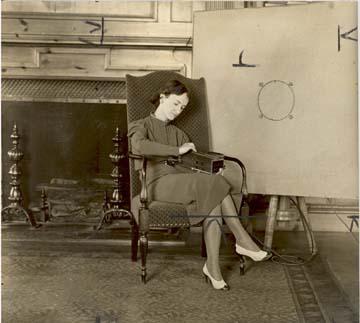丹佛斯夫人在演奏振荡器琴,1937年