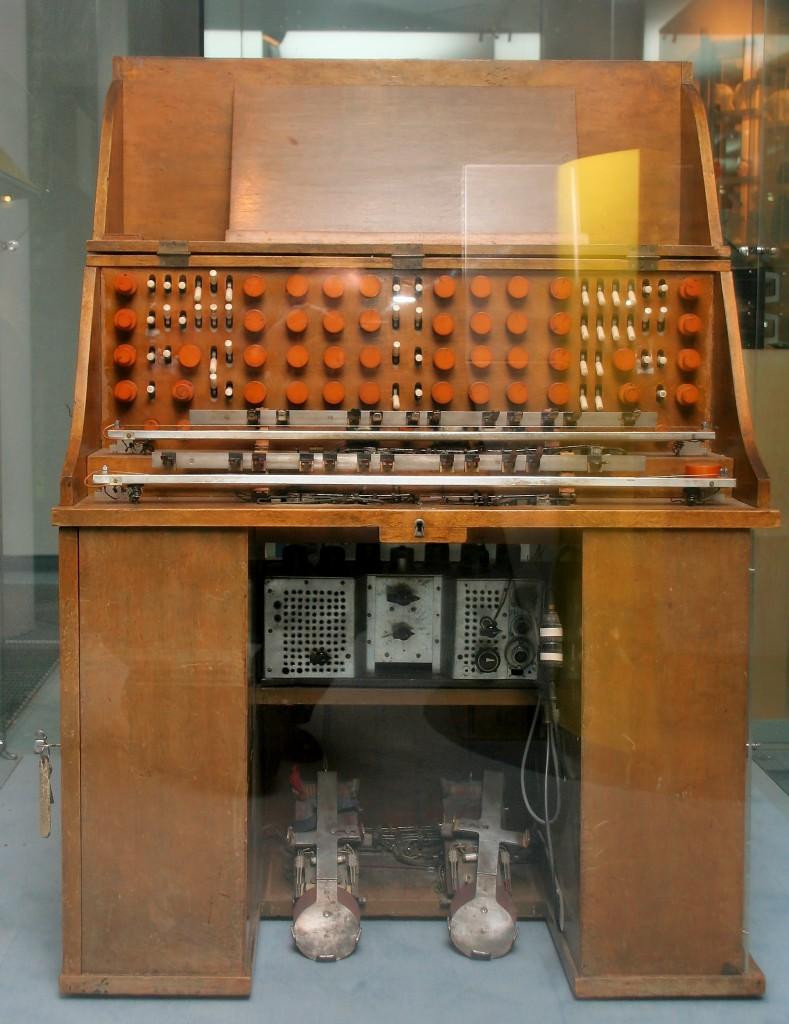 馆藏维也纳科技博物馆的混合型特劳特温琴,图中展示了该乐器用于演奏的两组电阻琴弦以及两个踏板