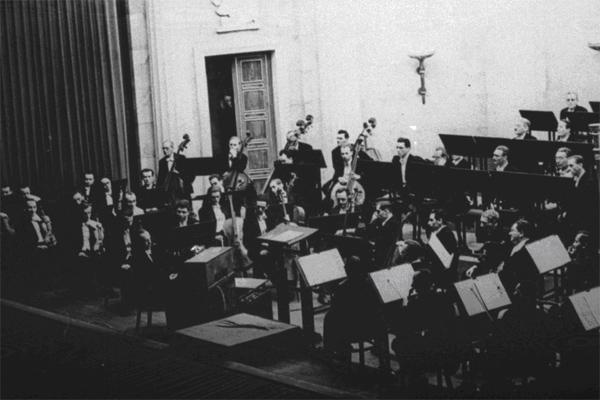奥斯卡·萨拉与里奥·波查斯德(Leo Borchard)在布达佩斯的一场音乐会上演奏特劳特恩琴,1942年