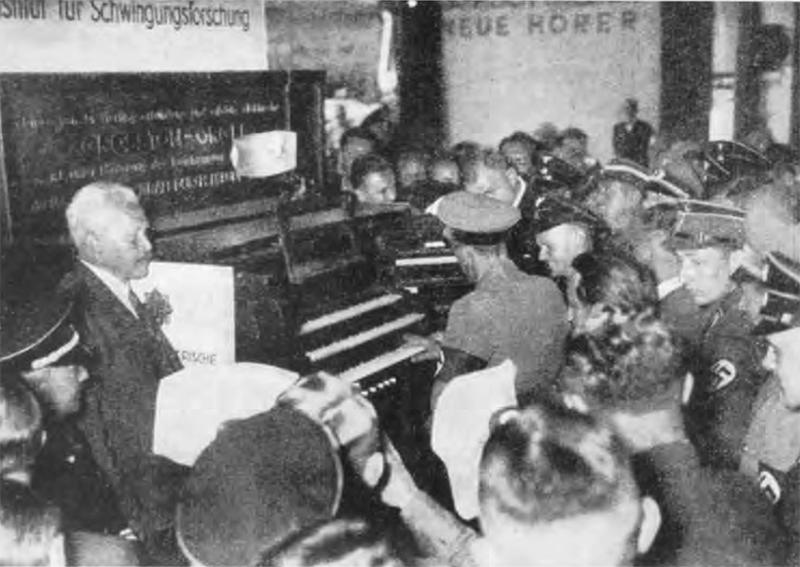 约瑟夫·戈培尔在试奏进阶电风琴,1935年,赫兹研究所