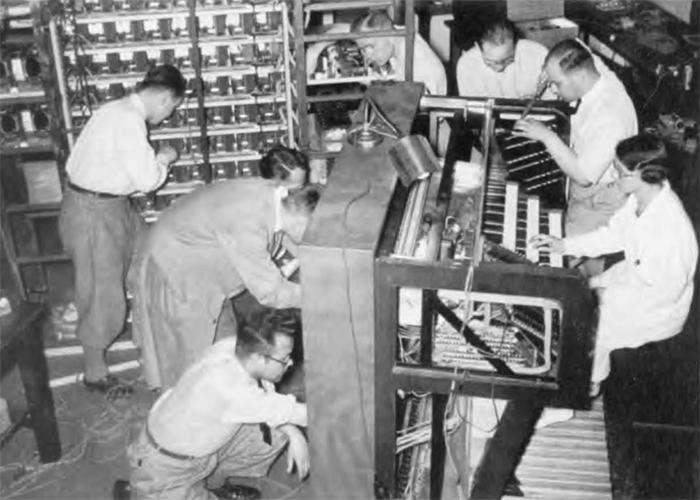 赫兹研究所的车间,图为员工正在制造进阶电风琴。
