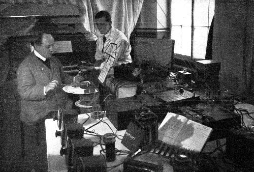 约格尔·马杰尔与奥斯卡·威尔林在马杰尔位于达姆施塔特的实验室进行宇宙电声琴的研究
