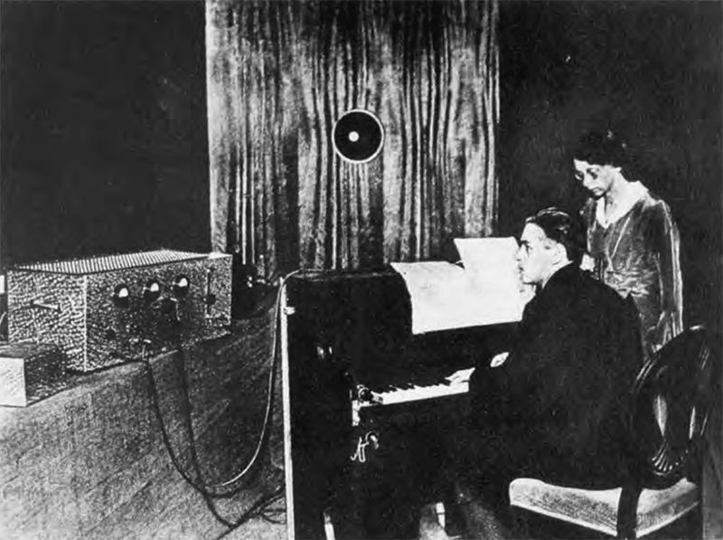 """威尔林在进行第一版""""电唱琴""""的研究"""