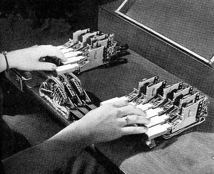 语音合成器的键盘与腕控装置