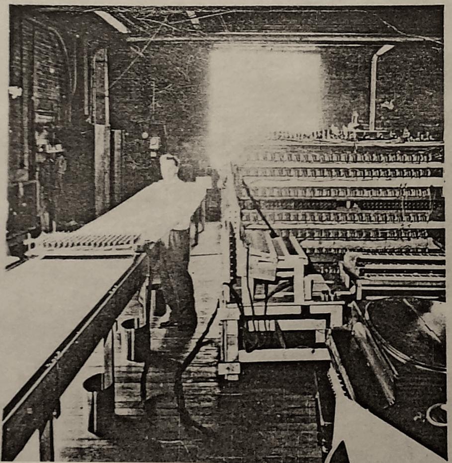 """哈纳特正在控制哈蒙德声音工作室(Hammond Sound Studio)的自动电子乐团(Electric Automatic Orchestra),1942年。图中左处的桌子为""""时间序列台""""正在扫描传送的内容,右侧则是许多真空管音源。图片来源:道格拉斯·杰克逊(Douglas Jackson)个人收藏,2017年。"""