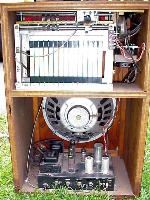 钱柏林节奏伴侣内部,可看到10英寸扬声器和磁带循环乐句装置
