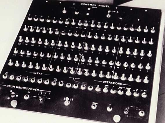 CSIRAC计算机终端的控制面板,上面有多行旋钮,每行20个,这些旋钮用于设置各个寄存器的比特数。