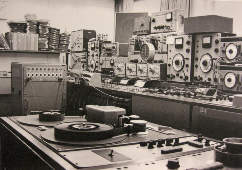 WDR工作室的4轨磁带录音机,以及一组连接起来的波形发生器、滤波器