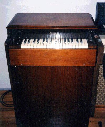 第一个钱柏林电子琴型号,M200