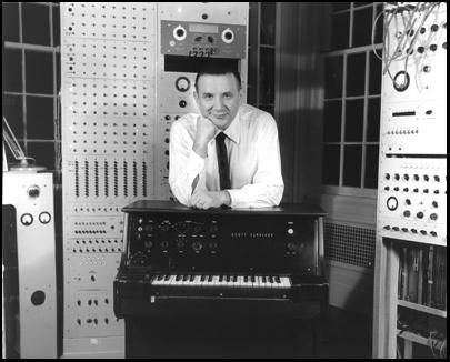 雷蒙德·斯科特站在工作室里的一台键音琴后面