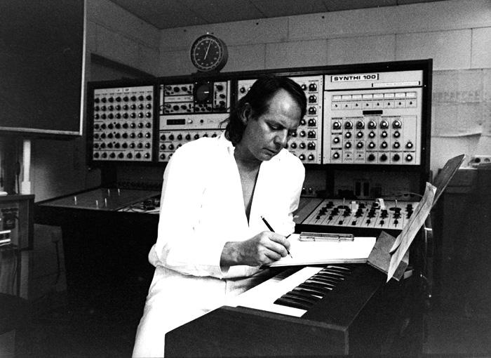 斯托克豪森在WDR工作室的Synthi 100合成器旁边,摄于1970年代