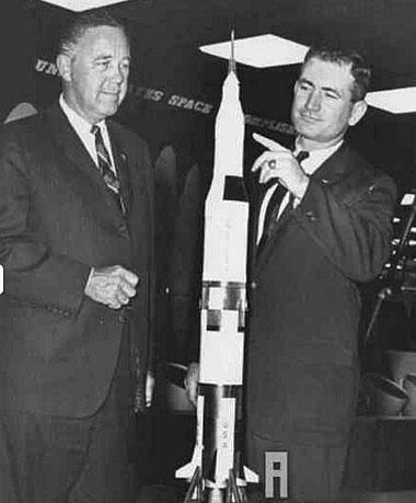 科克(左),美国航空航天局第一位工程研究主管