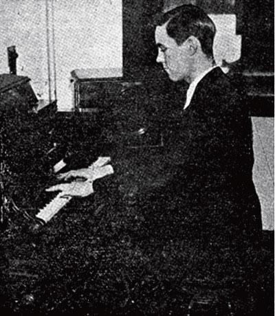 温斯顿·科克在演奏一台他发明的早期实验型电子乐器,1932年