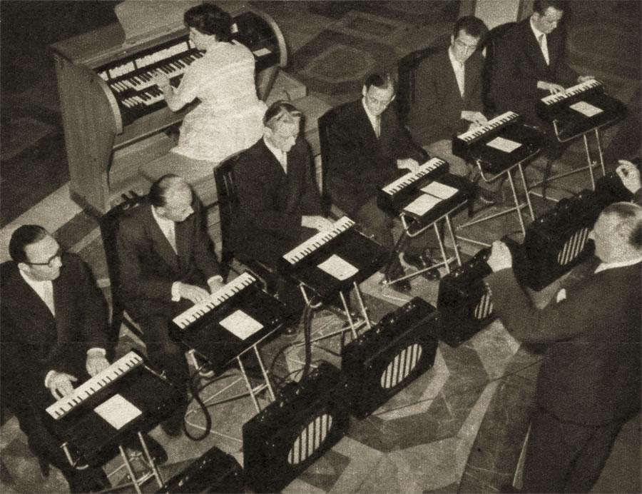 全奏琴乐团,图片后方是一台博德风琴(Bode Organ)