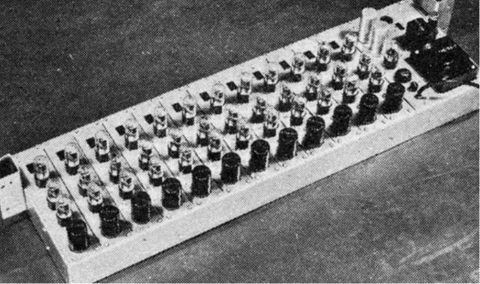 鲍德温风琴早期型号的音源发生装置,图中为氖气放电振荡器。