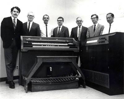 罗克韦尔/艾伦计算机风琴的研发团队站在一台原型机旁