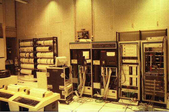 声学和音乐联合研究所(IRCAM)设备室的4X合成器(中间)