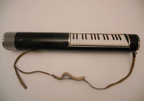 """约·米斯塔公司的""""图邦低音管式肩背琴"""""""
