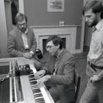 从左至右:阿朗索、阿普尔顿、琼斯在键盘合成器 II 旁