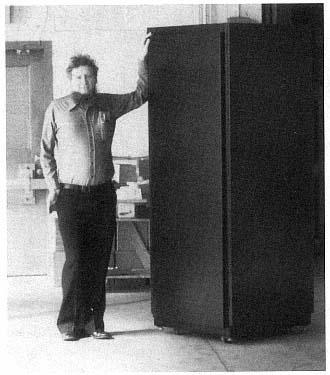 彼得·山逊站在山逊音乐盒旁边
