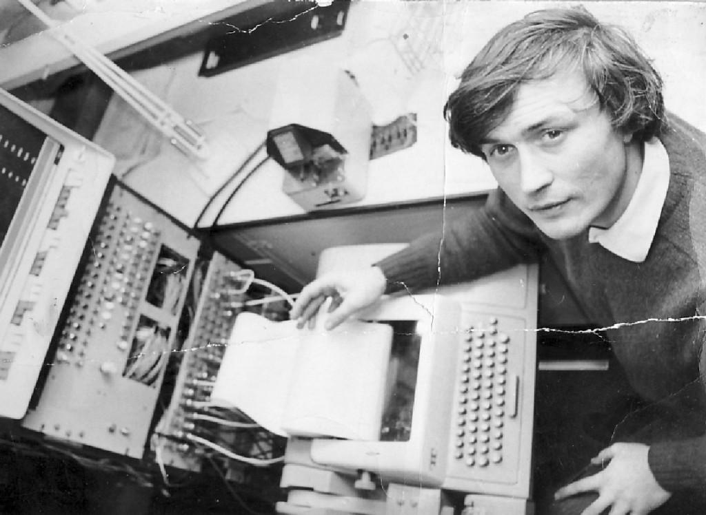 兹诺维耶夫在EMS工作室PDP8计算机的控制端