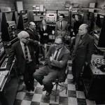 第二代RCA合成器,从画面靠近镜头中间的人开始,顺时针方向分别为弗拉基米尔·乌萨切夫斯基、米尔顿·巴比特、巴伦特·阿雷尔(Bülent Arel)、普利尔·斯迈利(Pril Smiley)、马里奥·大卫多夫斯基(Mario Davidovsky)、爱丽丝·希尔兹(Alice Shields)、奥托·列宁(Otto Luening)。