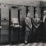 RCA第二代合成器,位于哥伦比亚西125街亚普伦蒂斯(Prentis)会堂的哥伦比亚-普林斯顿音乐中心。图中人物:米尔顿·巴比特,皮特·摩兹(Peter Mauzey)、弗拉基米尔·乌萨切夫斯基(Vladimir Ussachevsky)。