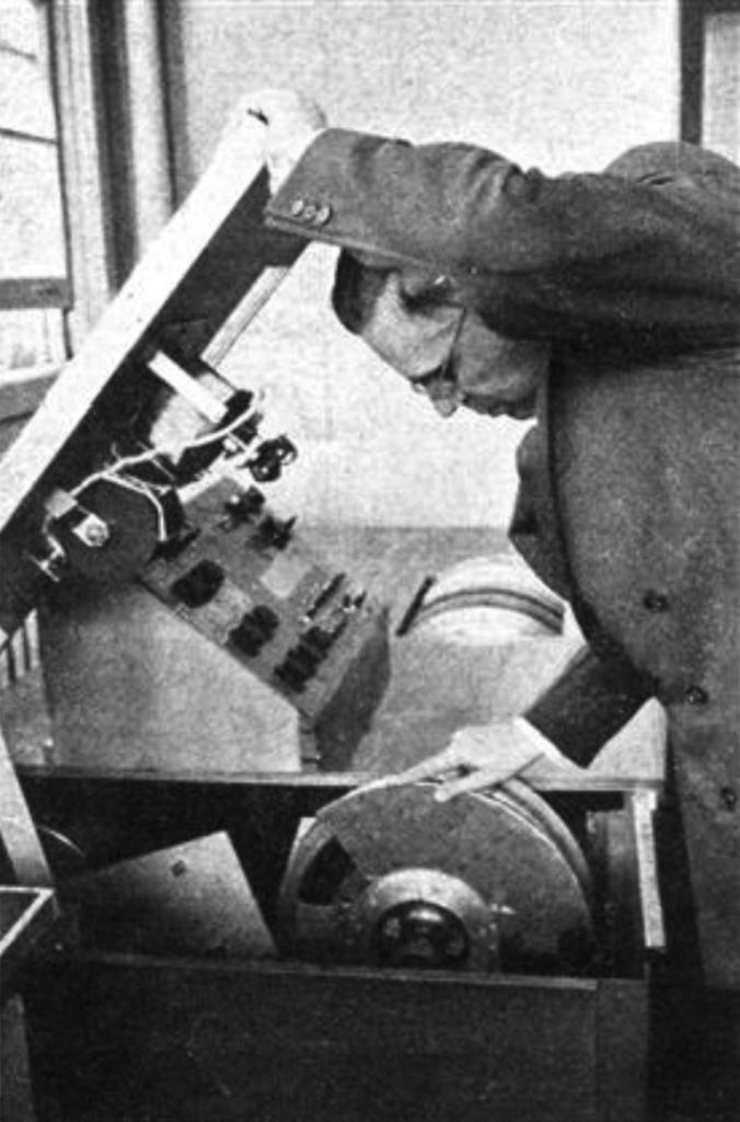 """""""编曲器内含一部分析声音形态的示波屏(oscilloscope),以及录制声音的卷筒式胶片或磁带。每种声音都有一种对应的图式(pattern),当这些图式在胶片上以特定顺序分别进行播放,然后一起播放时,设定的声音效果就产生了。""""(《麦克林》杂志,1955年6月11日)"""