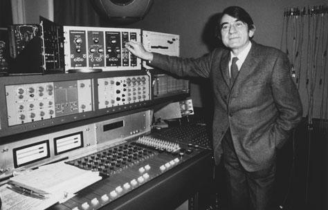 皮埃尔·舍费尔站在54号工作室的混音终端前,慕格/库皮尼合成器就安装在面板正下方