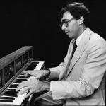 乔恩·阿普尔顿在演奏键盘合成器 II
