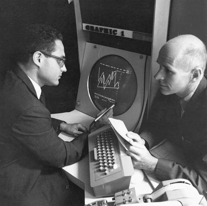 贝尔实验室的劳伦斯·卢斯勒(Lawrence Losler)与马克思·马修斯在Graphics 1系统前,1967年