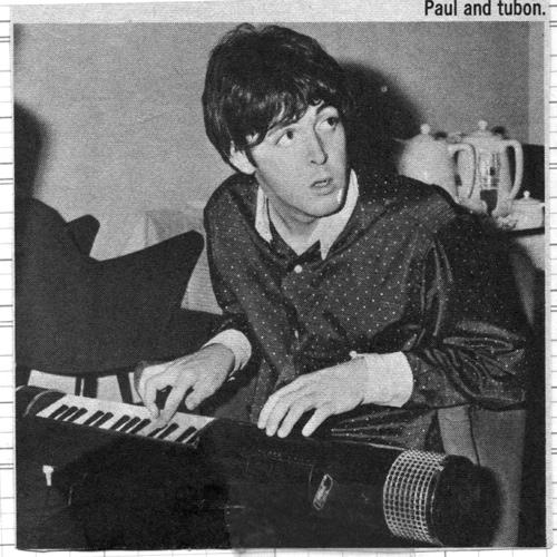 保罗·麦卡特尼和图邦低音管式肩背琴